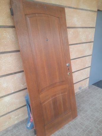 Металическая дверь очень тяжолая