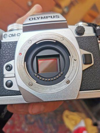 Olympus OMD E-M1+blitz dedicat+grip+placuta verticala+acumulatori