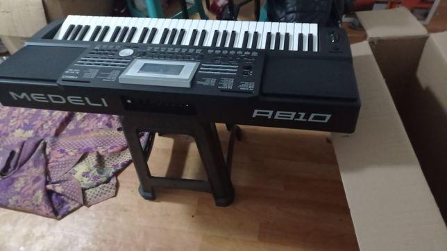 Продам синтезатор Medeli A810
