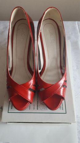 Vând pantofi decupati