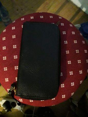Vând portofel negru cu compartiment dar și schimb cu alt portofel