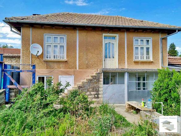 140237 Двуетажна къща с равен двор в село Горна Липница