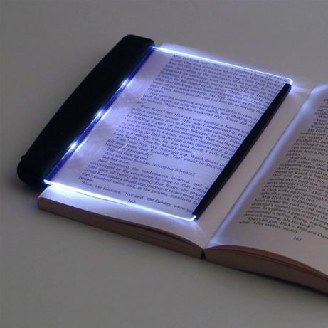 Lampa plata transparenta pentru citit care lumineaza pagina cartii
