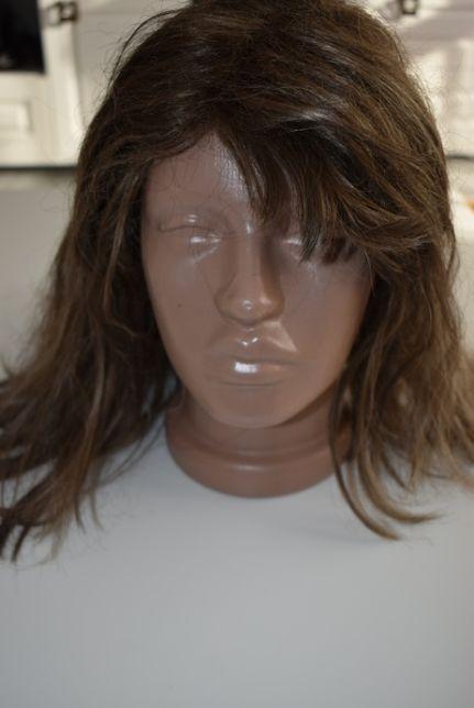 Peruci din fibră sintetică și păr natural