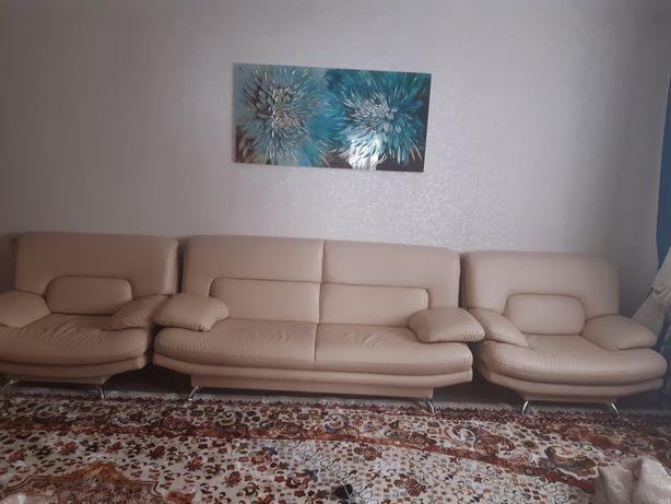 Продается диван с двумя кресломами. Состояние отличный. Эко кожа. 1/2.