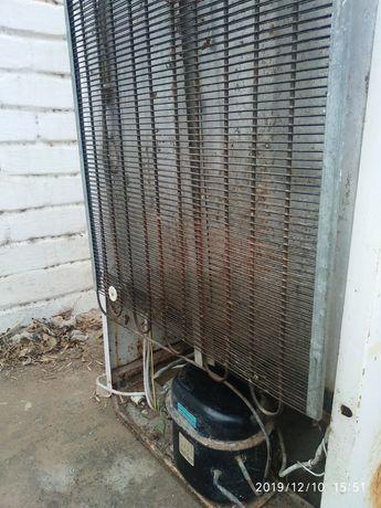 Задняя панель с мотором от холодильника в рабочем состояний