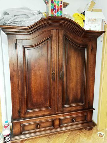 Масивен старинен шкаф