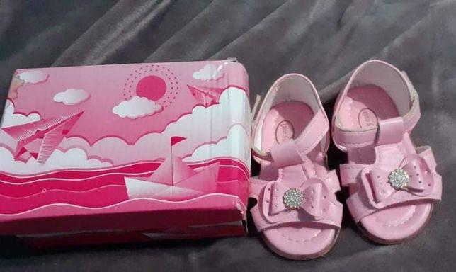 Vând sandalute pentru fetita
