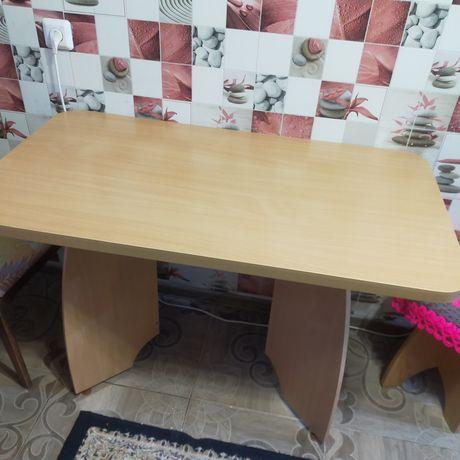 Продам кухонный стол с мягким стулом и двумя табуретками