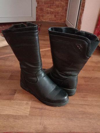 Зимние женские сапоги и мужские кроссовки