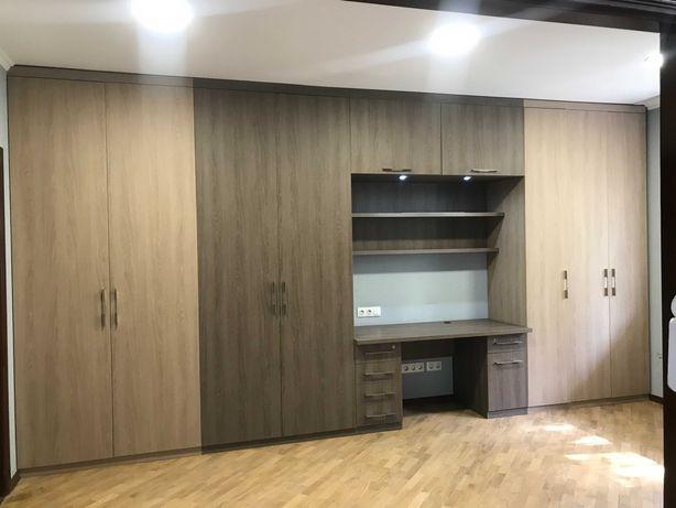 Вместительные шкафы для хранения одежды, рабочий стол и навесные полки