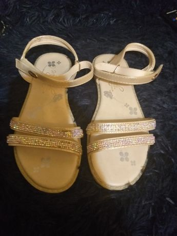 Vand sandale stare foarte buna