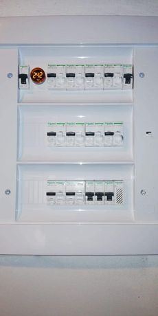 Electrician instalați electrice