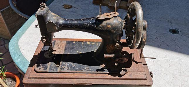 Mașina de cusut veche