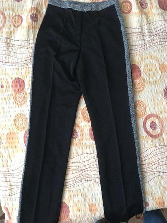 Дамски панталон със сребристи нишки и кант отстрани.