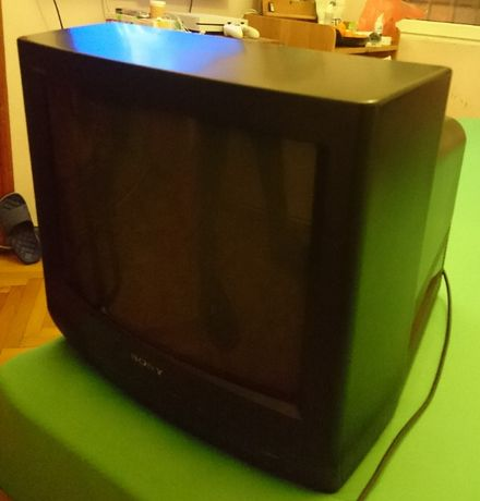 Телевизори ,всеки с дистанционно,работят.