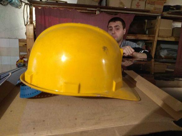 Строителна предпазна каска по безопасни условия на труд.