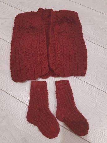 Деткая вязанная жилетка с носочками