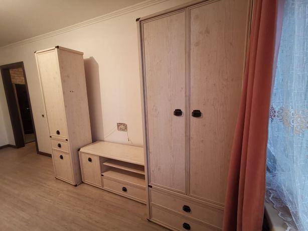 Продаю комплект: стенка-шкаф, тумба-подставка под ТВ и кровать 1-спаль