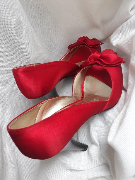 Pantofi decupati din satin (rog persoana interesata sa imi dea mesaj!)