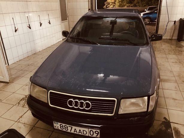 Audi 100 синий