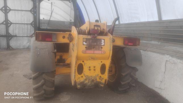 Трактор в рабочем состоянии JCB