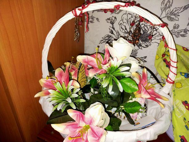 Корзина белого цвета с цветами
