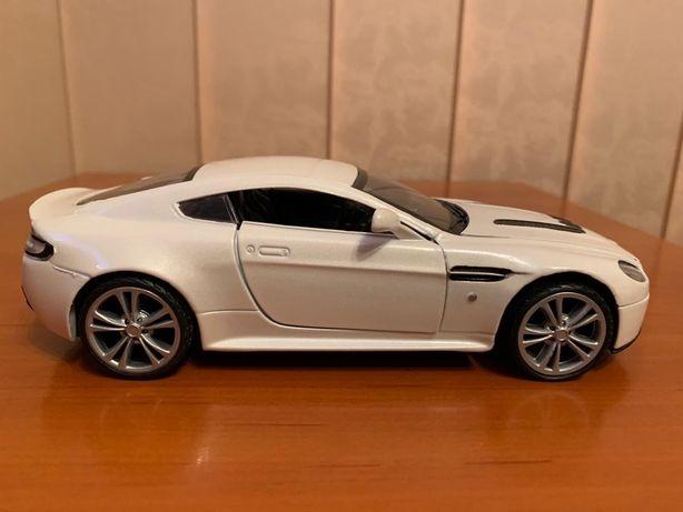 Macheta Aston Martin V12 Vantage, 1/24, MotorMax