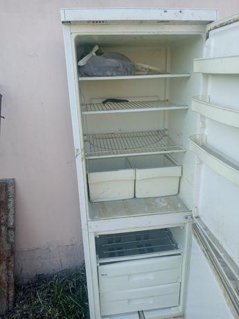 Холодильник старый