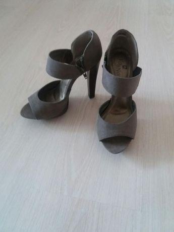 Продавам дамски обувки 36 номер