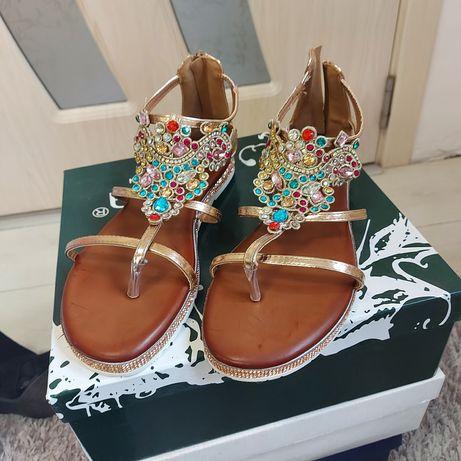 Златисти сандали