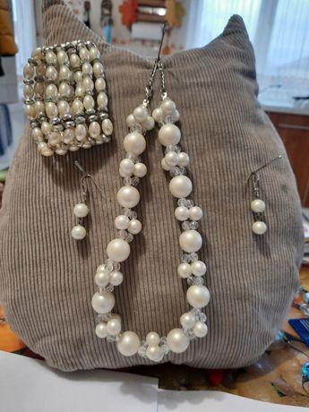 Vând set bijuterii cu perle.