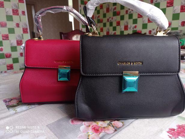 В наличии красная сумочка