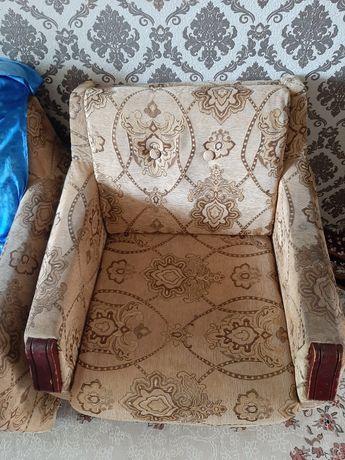 Диван с креслом хорошем состоянии. Срочно! Возможен торг.