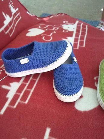 Vand papuci crosetati manual pentru bărbați și băieți.
