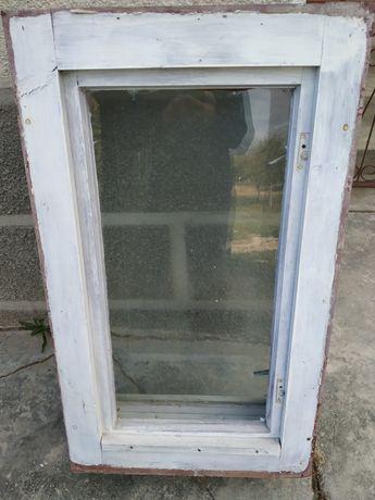 Vind un geam și o ușă din lemn