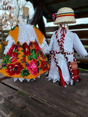 Sticle în costume populare de Maramureș.