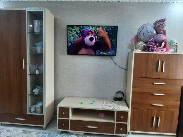 Продам мебель для гостиной. Удобный сервант-шкаф и тумба под мелочи.