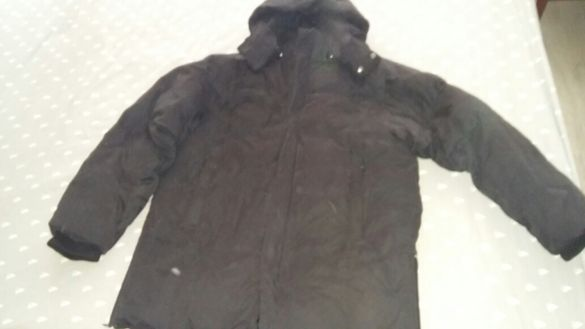 Зимно яке с пух, много дебело и много топли. Якето е черно и с качулка