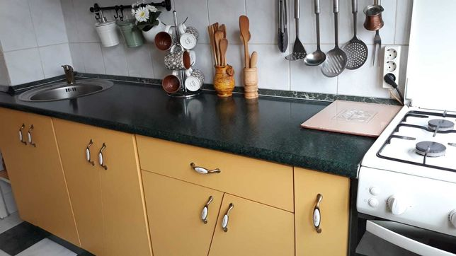 Mobilă bucătărie completă cu aragaz și hotă