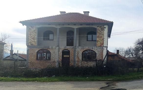 Новопостроена двуетажна къща