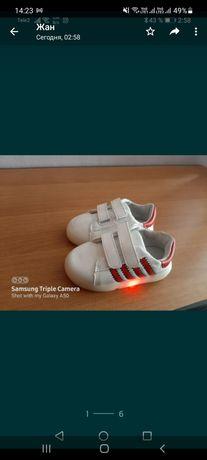 Обувь для  детей  светится  новый
