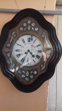 Старинен стенен механичен часовник