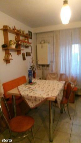 Apartament cu 3 camere, zona Piața Centrala