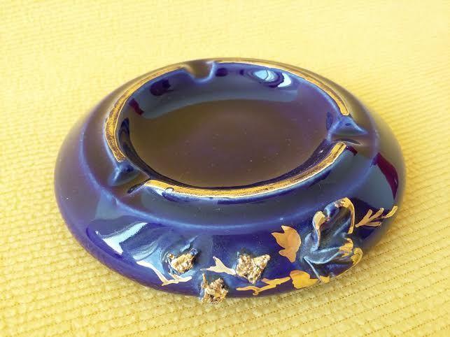 Scrumiera din portelan albastru de Arad, decorata cu motiv floral
