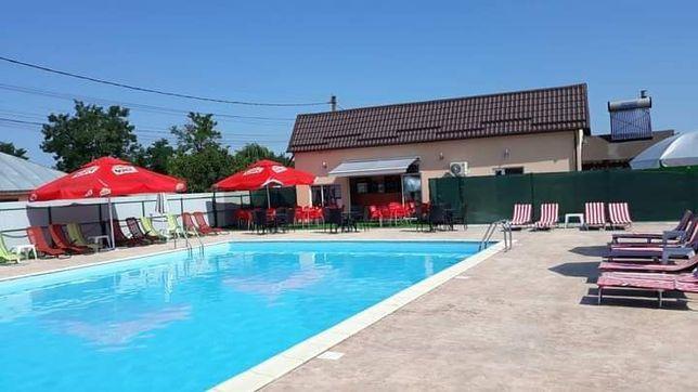 Vând casa cu piscina