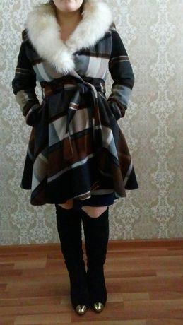 Тепленькое демисезонное пальто в отличном состоянии. Мех съёмный
