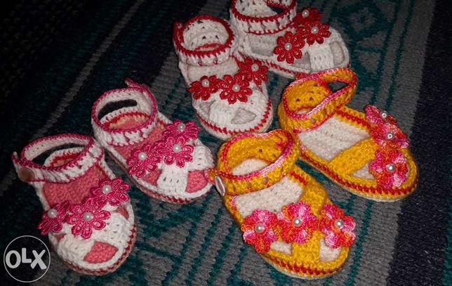 Пинетки-сандалики вязанные для малышей