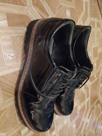 Продам ботинки кожаные лакированные на девочку- подростка