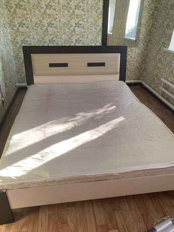 Спальная кровать, комод, зеркало